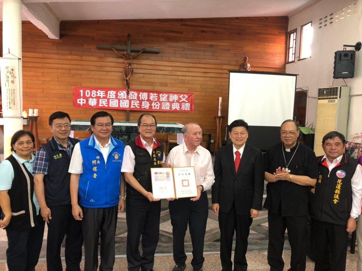 瑞士神父傅若望(右四)今天拿到身分證,成為正港台灣人。記者王燕華/翻攝