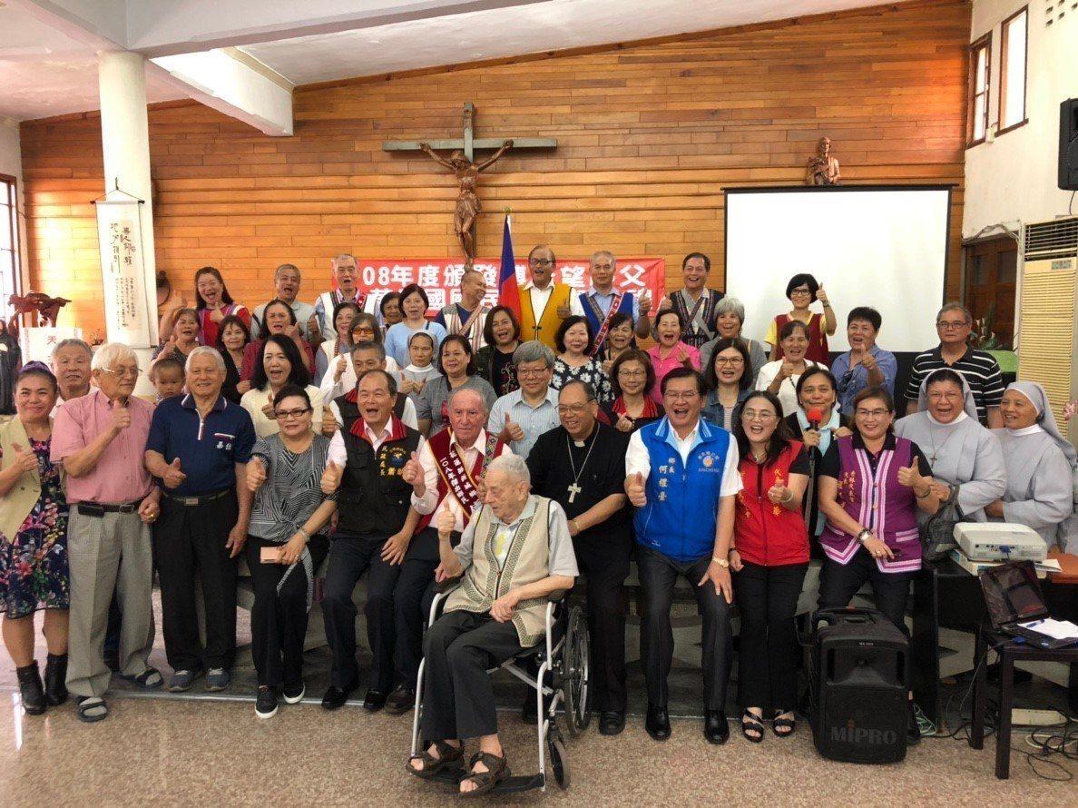 瑞士神父傅若望今天拿到身分證,成為正港台灣人,他在花蓮奉獻逾半世紀,地方鄉親都前...