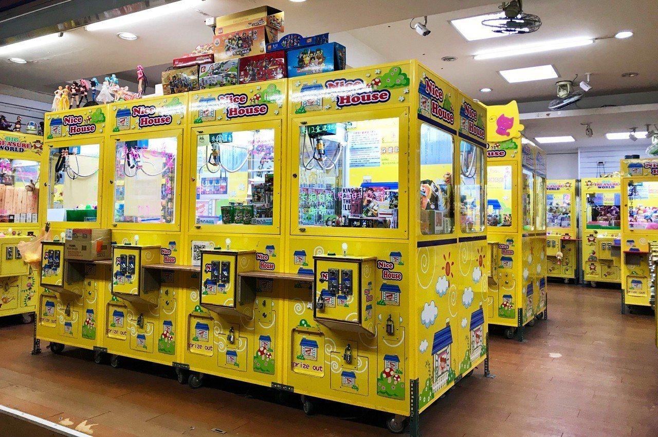 去年8月起台北市府社會局陸續收到民眾投訴娃娃機陳夜商品出現成人情趣用品。社會局陸...