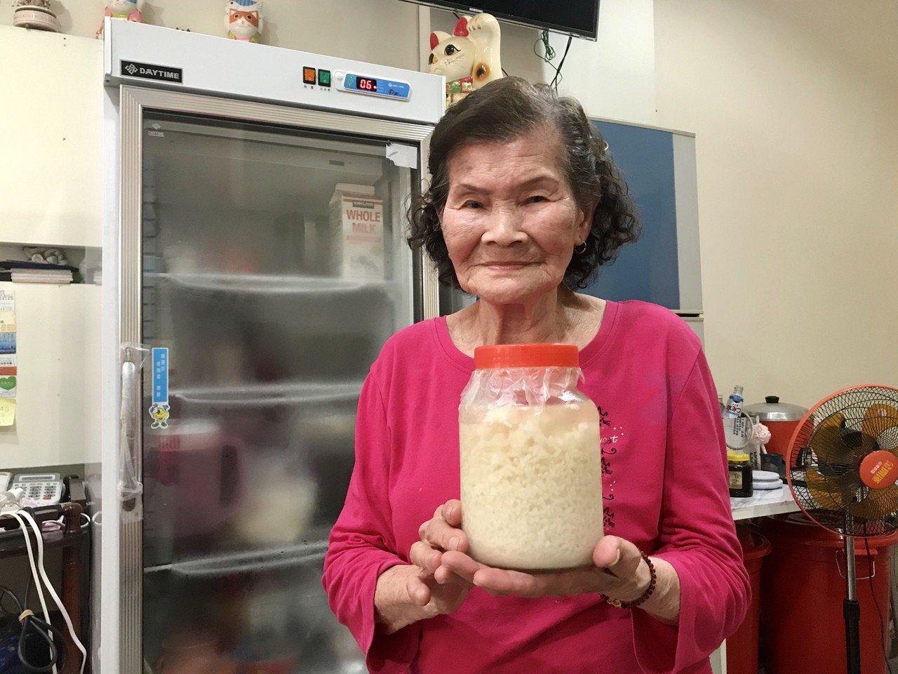 93歲鍾姓老婦人說,以前住在眷村會用甜酒釀來入菜,年長者也會飲用活血,很多人在賣...