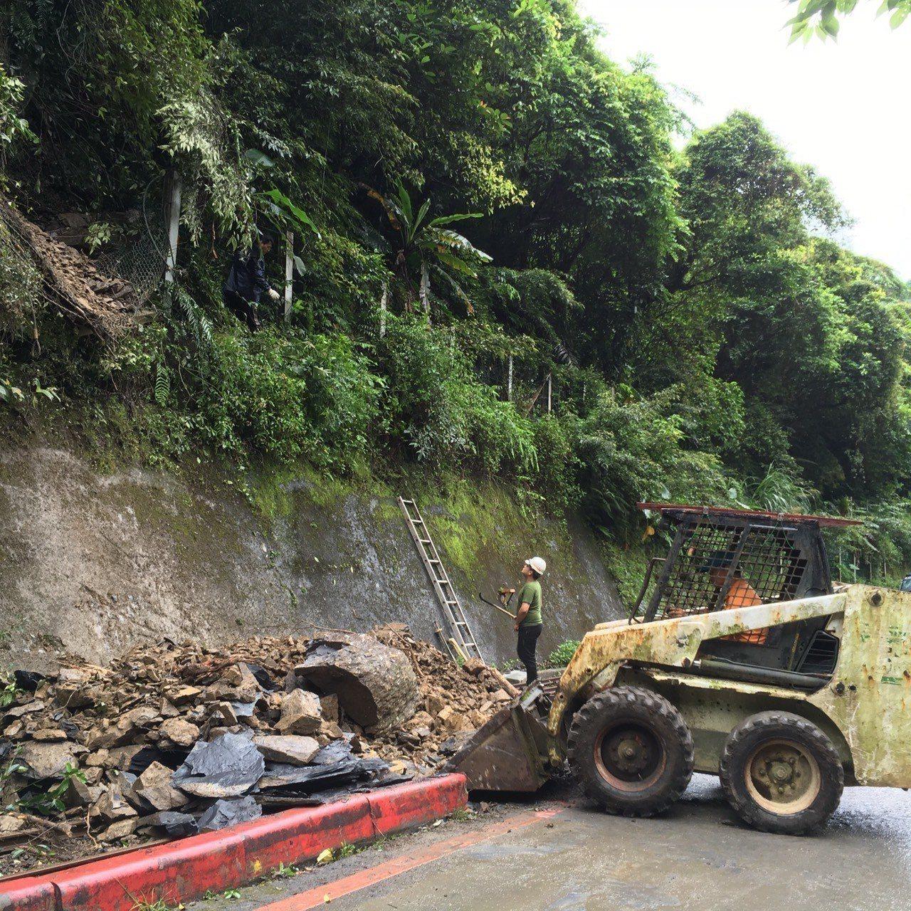 新北市烏來區溫泉街於5月7日深夜發生大型落石坍塌,造成烏來台車軌道毀損。圖/新竹...