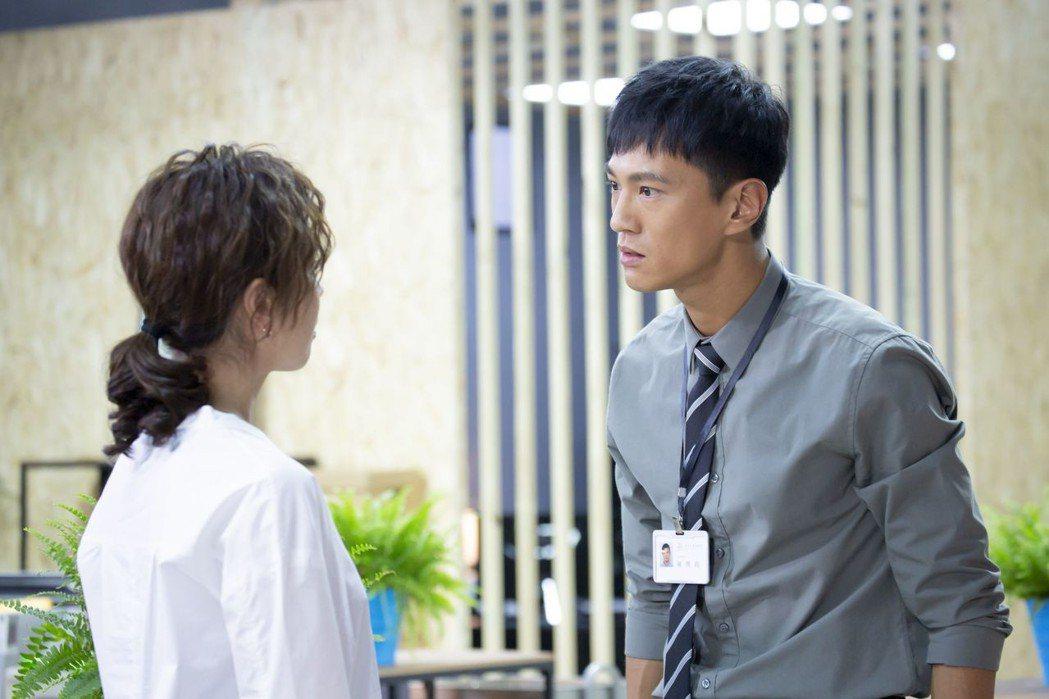 鍾承翰(右)在「最佳利益」中演菜鳥律師和天心有對手戲  圖/中天提供