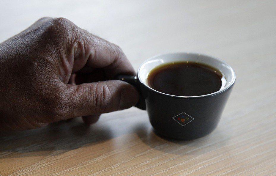 為了品嘗一口完美咖啡,你願意付出多少代價?美國加州的連鎖咖啡廳Klatch Coffee,日前限量推出一杯要價75美元(約台幣2300元)、號稱世界最貴的夢幻逸品咖啡。美聯