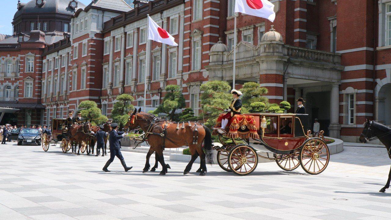 東京車站前圍滿拍攝大使呈遞到任國書搭乘馬車的民眾。東京記者蔡佩芳/攝影