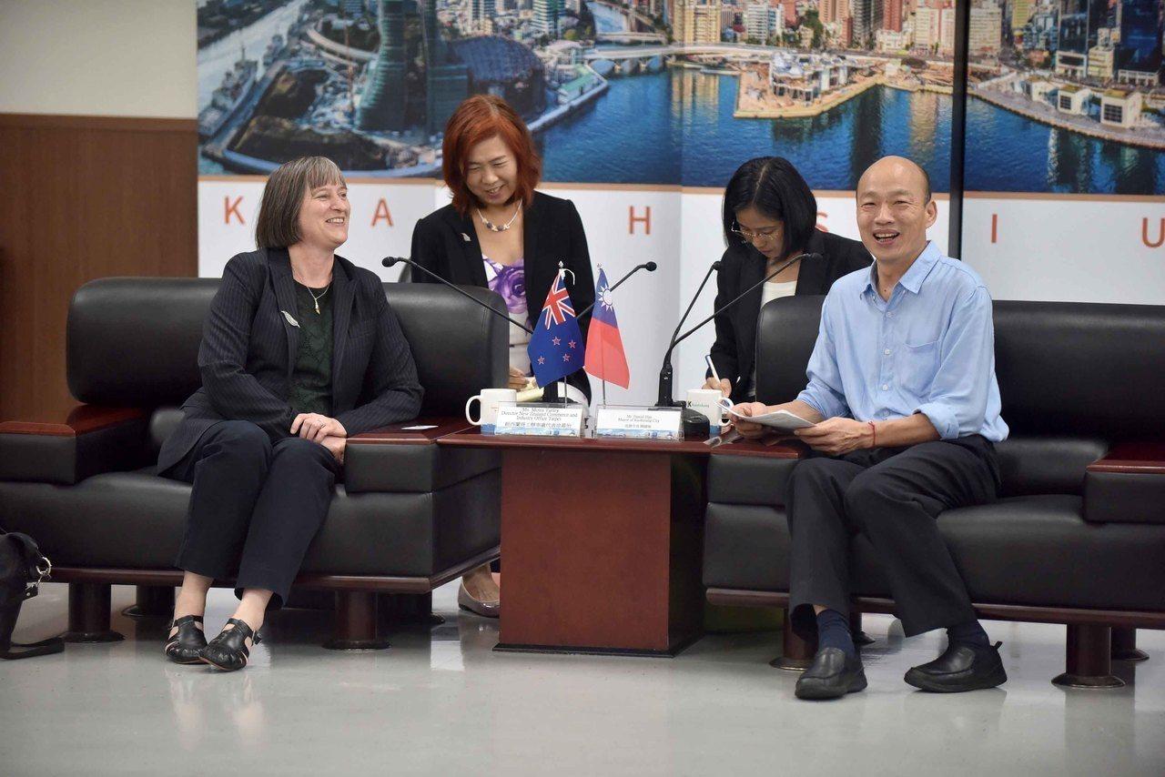 紐西蘭商工辦事處代表涂慕怡(左一),今下午拜會高雄市長韓國瑜(右一)。圖/高市府...