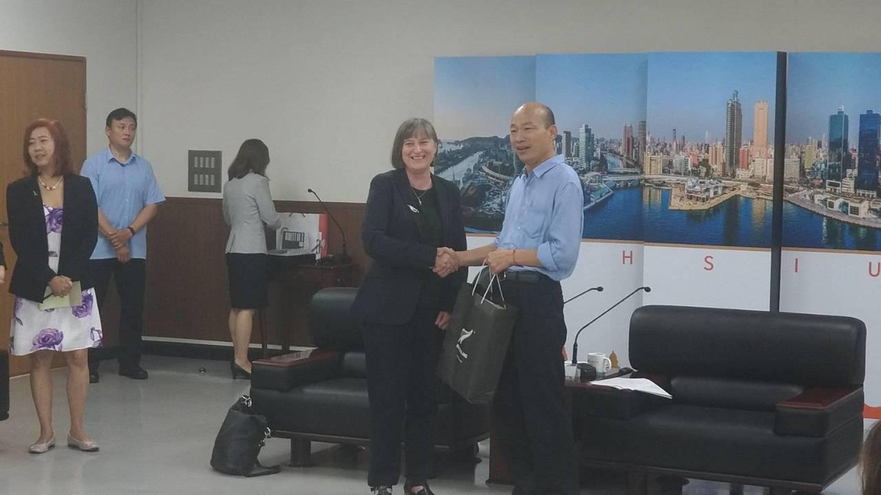 紐西蘭商工辦事處代表涂慕怡(右二),今下午拜會高雄市長韓國瑜(右一)。記者蔡孟妤...