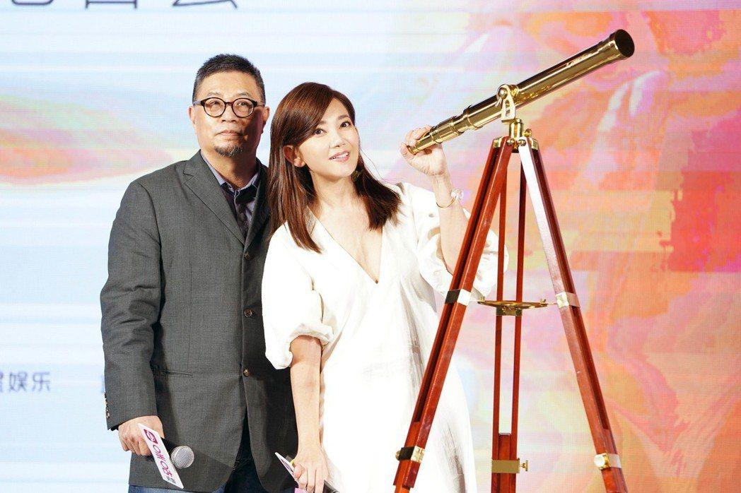 梁靜茹(右)開心收下環球音樂大中華區總裁暨執行長張松輝先生的禮物。圖/環球提供