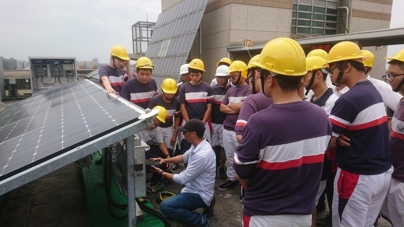 健行科大電機系教授葉官俤為治平高中學生講授太陽光電相關知識。圖/健行科大提供