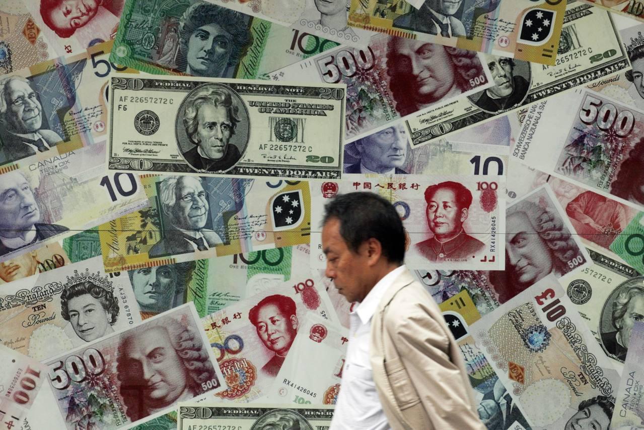 外匯交易員表示,具有保值效益的美元走強,外資積極買匯,加劇新台幣貶勢。(圖/路透...