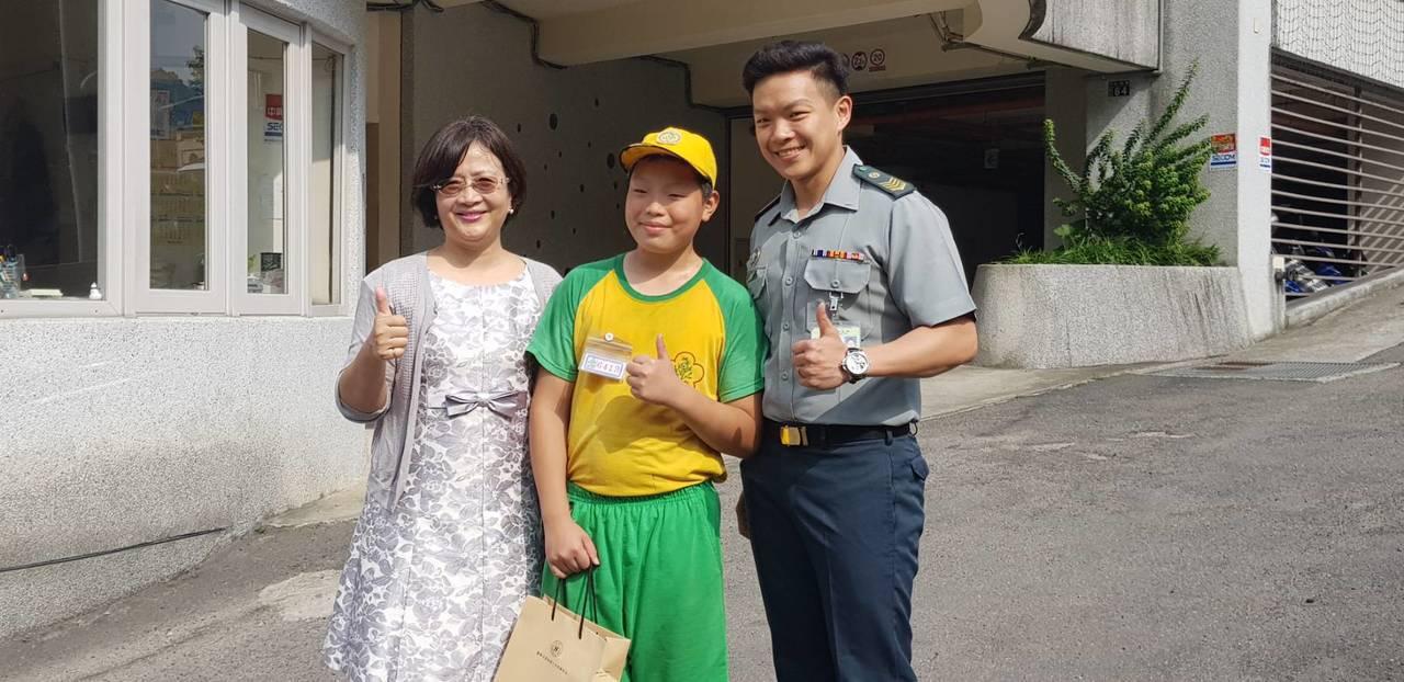 中和國小畢業生汪軍愷(中)為了念軍校,1年內減少14公斤,他每天放學練跑步減重有...