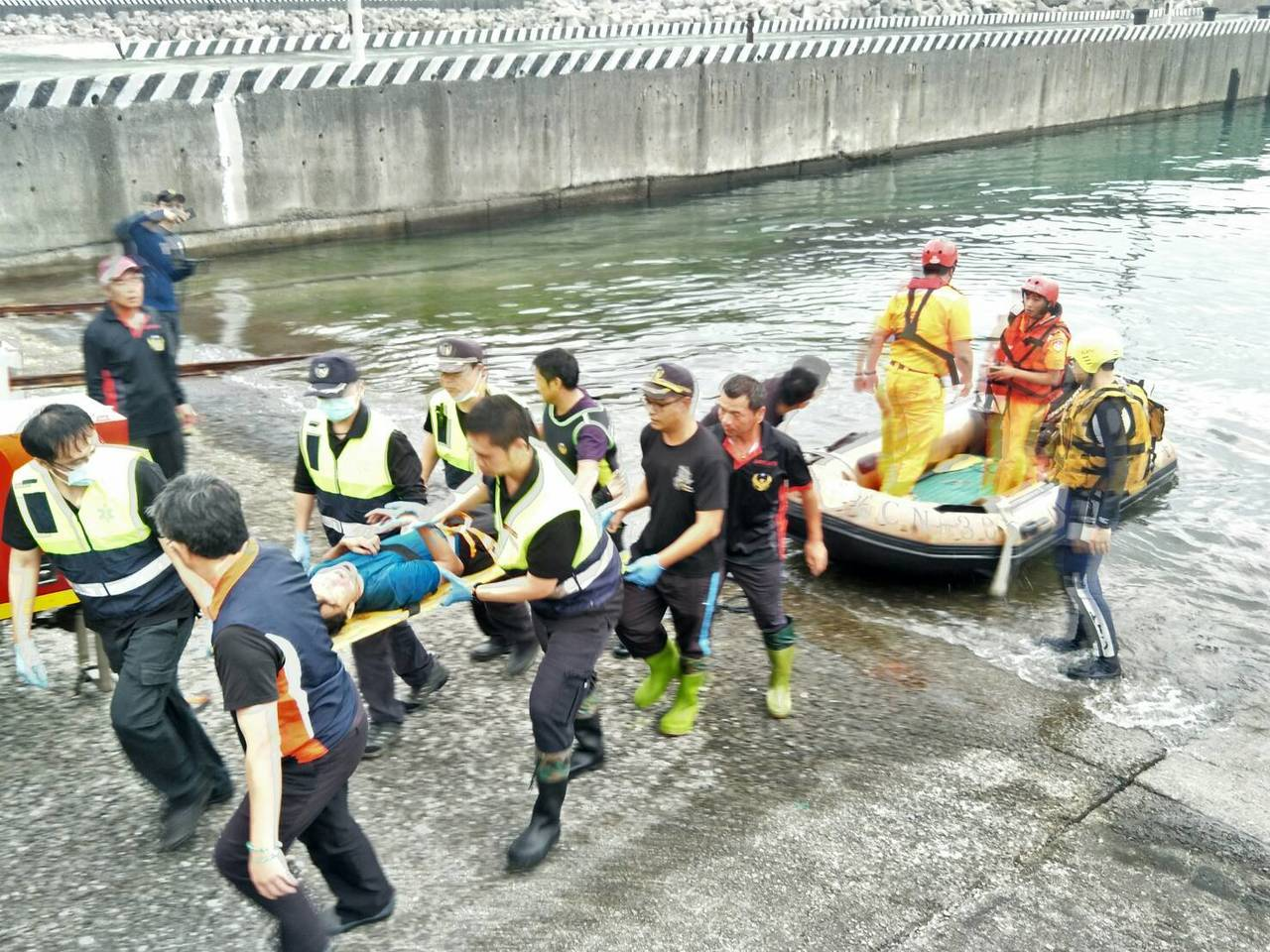 兩名男子在龍洞攀岩場不慎墜落,新北消防局和岸巡人員海陸救援,將傷者送醫,一昏迷、...