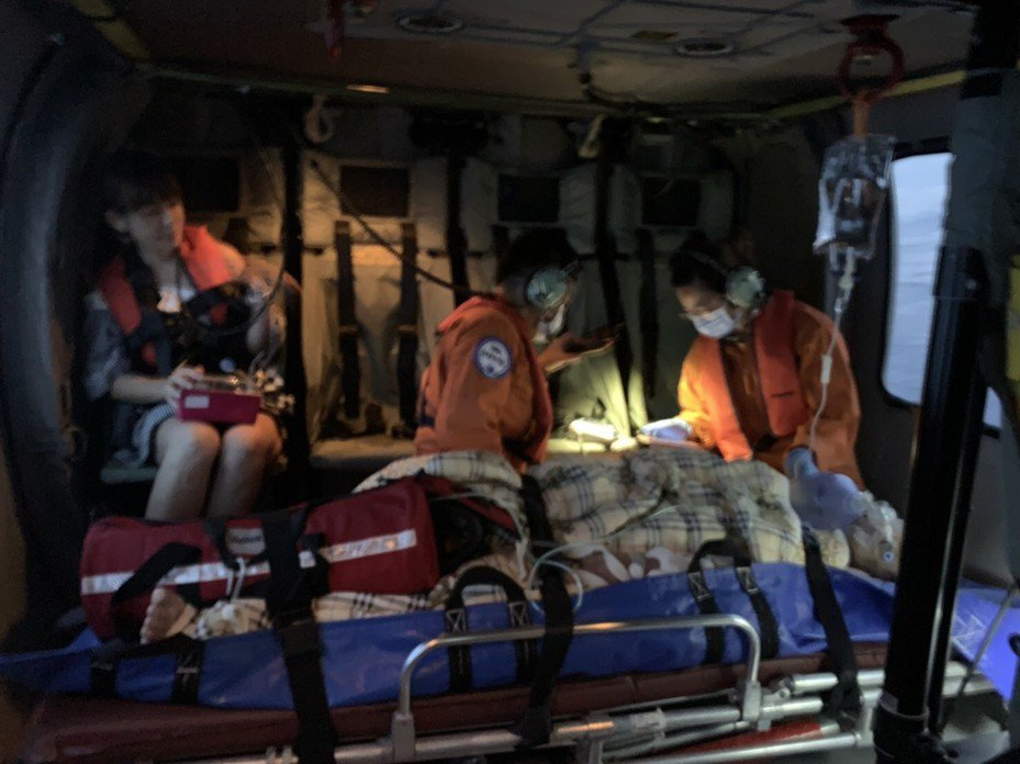 陳姓女潛水客搭乘直升機從綠島後送台東治療,目前暫無生命危險。記者尤聰光/翻攝