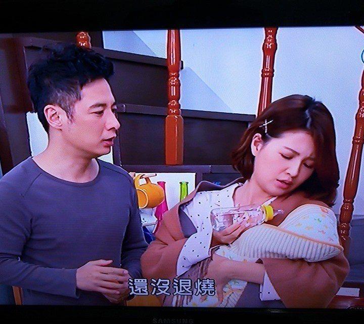 「大時代」一個餵嬰兒喝水的畫面被網友po上爆料公社引發爭議。圖/摘自臉書