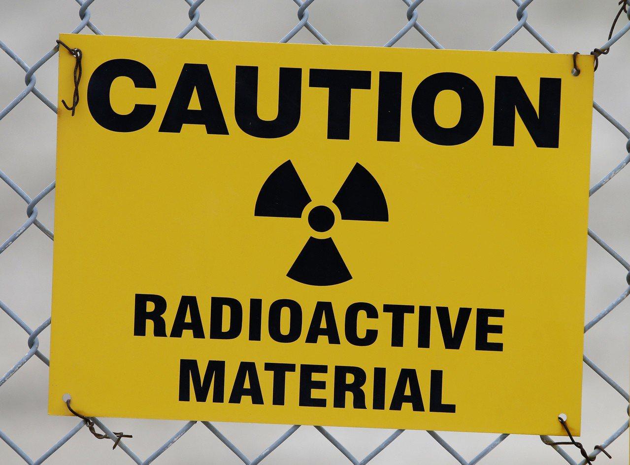 美国一座存放铀原料厂区围篱上悬挂的辐射警告标志。美联社