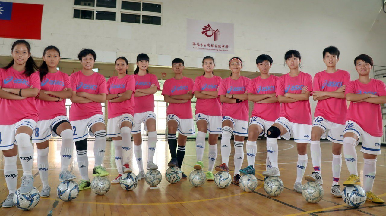 瑞祥高中女子足球隊勇奪全國中等學校五人制足球聯賽高中女子組冠軍,將代表台灣參加2...