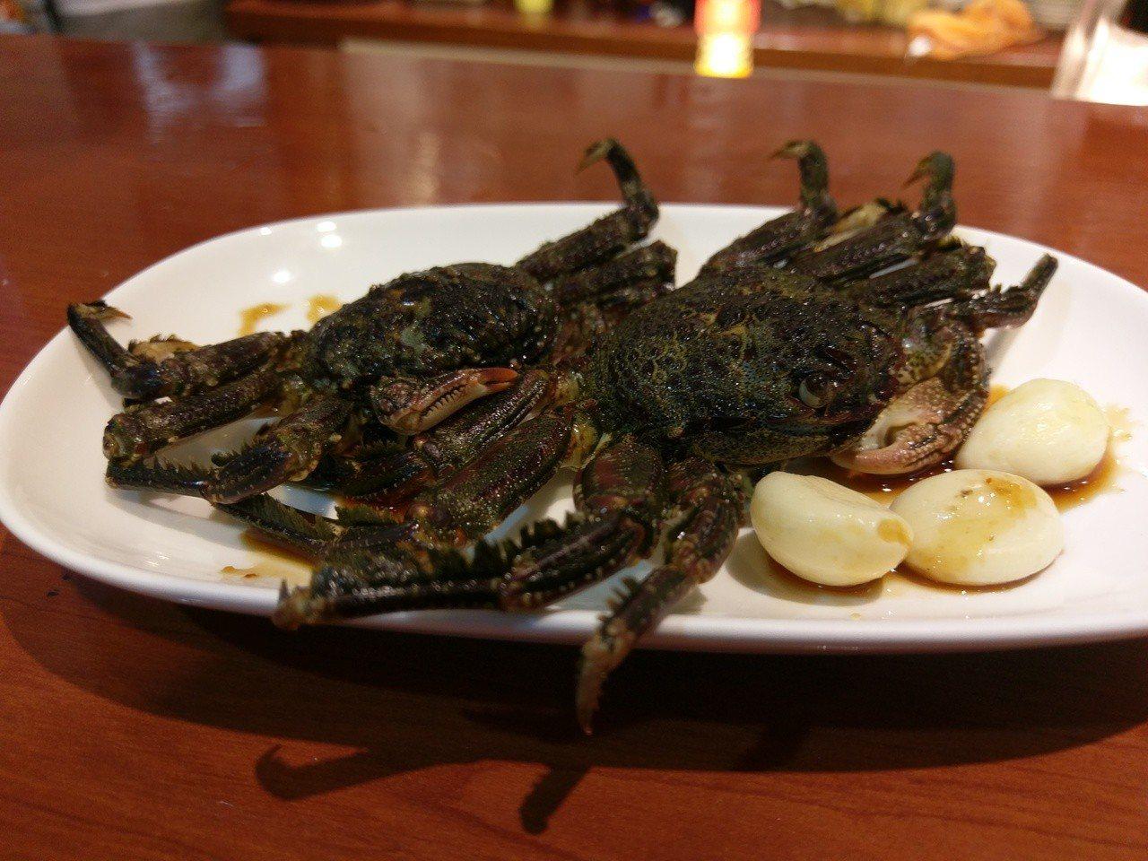 以蒜頭和醬油醃漬的白底蟹,清甜又帶有一股特殊的海藻味。圖/新北市漁業處提供