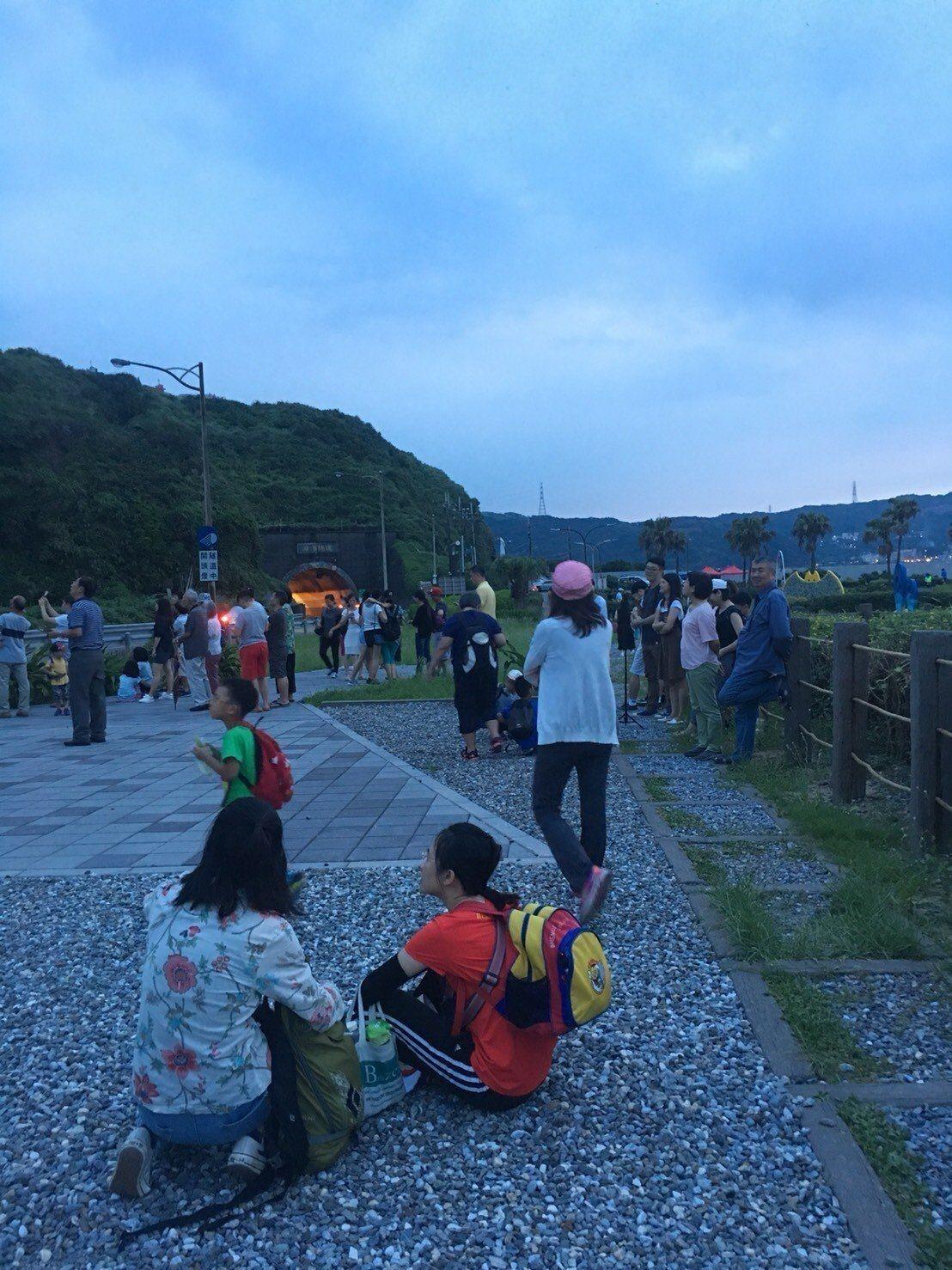 瑞芳蝙蝠洞公園在太陽下山前,東亞摺翅蝠成群外出覓食壯觀場面,吸引民眾前往觀賞。圖...