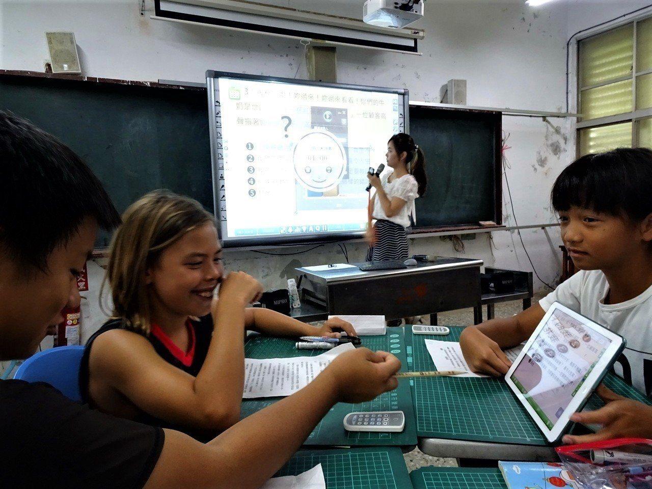 屏東縣政府在恆春水泉國小成立智慧學習基地,老師透過電子看板、學生藉由桌上的平板電...