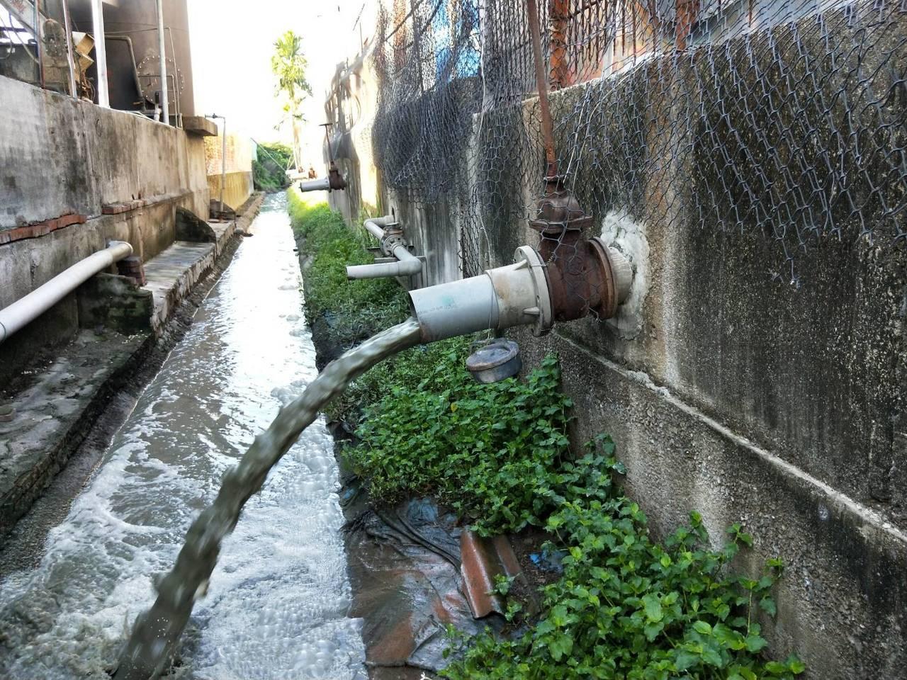 屏東縣環保局今天清晨5點,突擊稽查畜牧場,針對5家疑似有偷排廢水的業者,進行突擊...