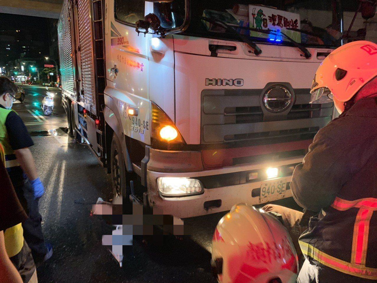 婦人於捷運新店站前斑馬線線上遭大貨車輾過。記者柯毓庭/翻攝