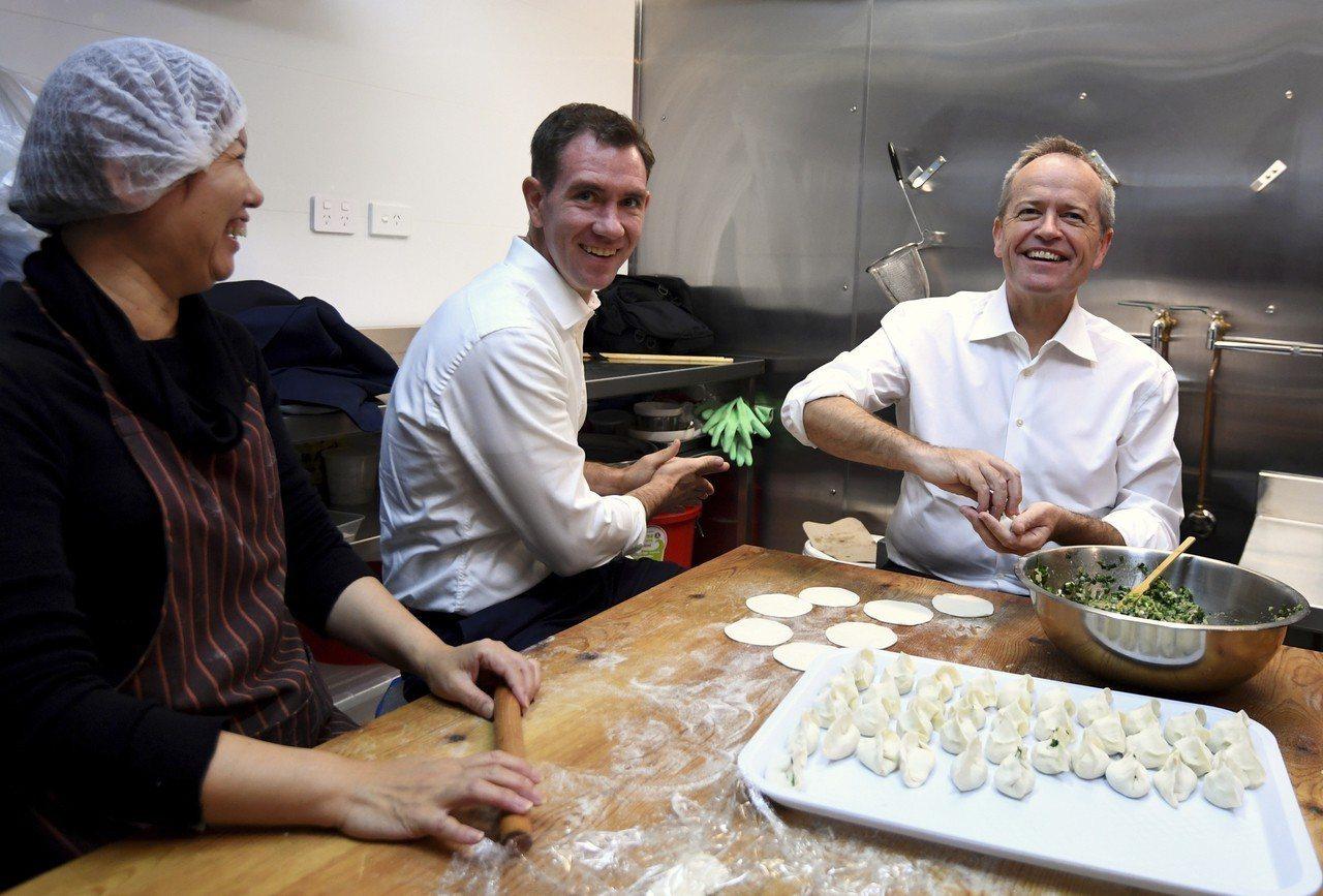 澳洲工黨黨魁修頓(右)16日陪同議員候選人克洛斯比(中)到雪梨一間中餐廳包水餃。...