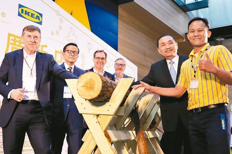 IKEA新店店開幕,依循傳統進行瑞典特有的鋸木儀式,新北市長侯友宜(右2)也參加...