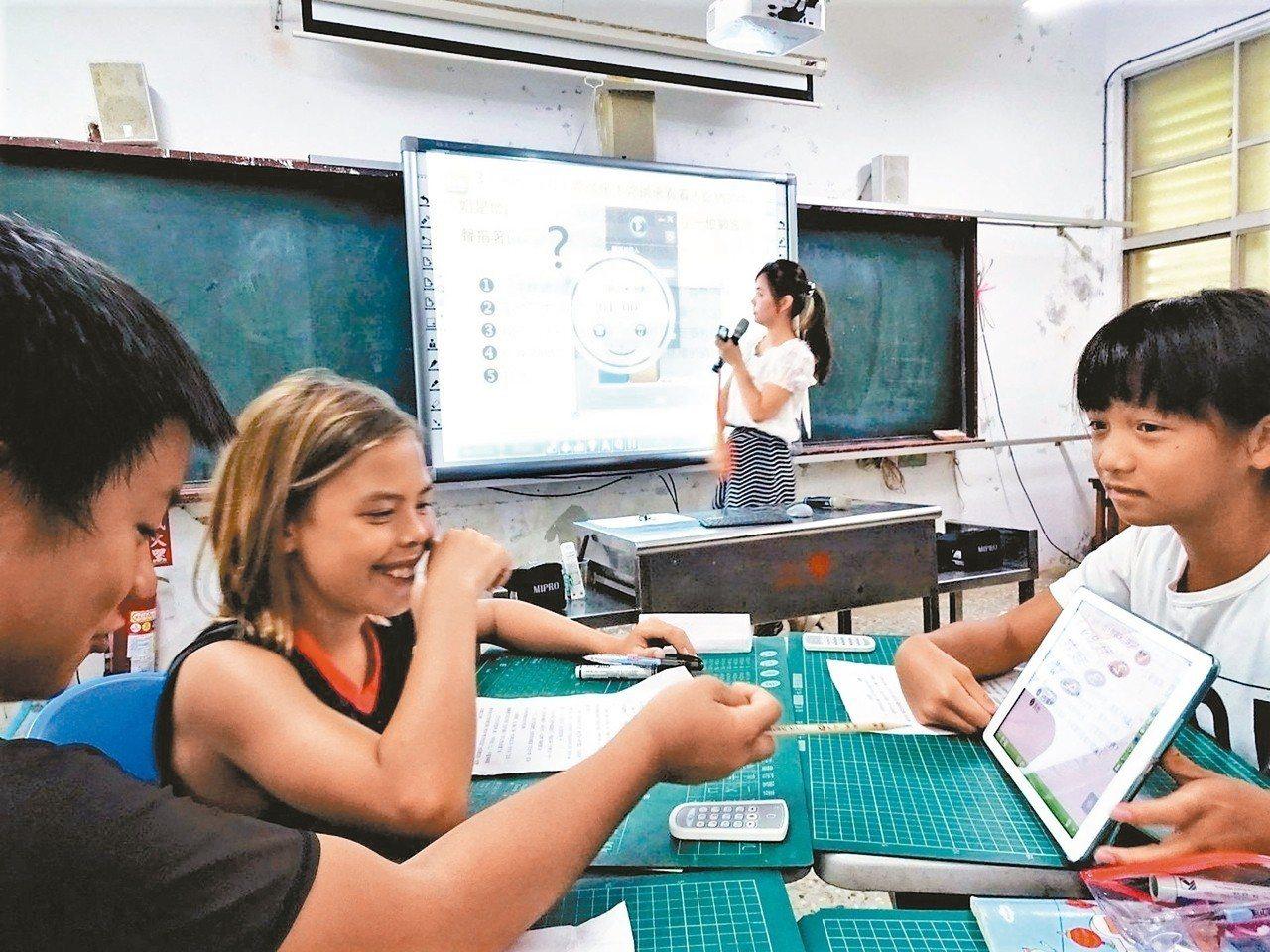 屏東縣政府在恆春水泉國小成立智慧學習基地,老師以電子看板當教學工具,與學生操作平...