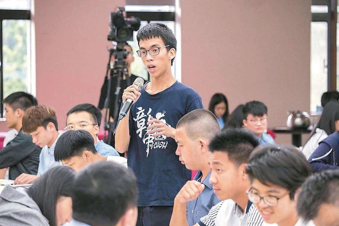 彰化高中腦麻學生陳建穎(中)錄取台大法律系。 圖/彰中提供