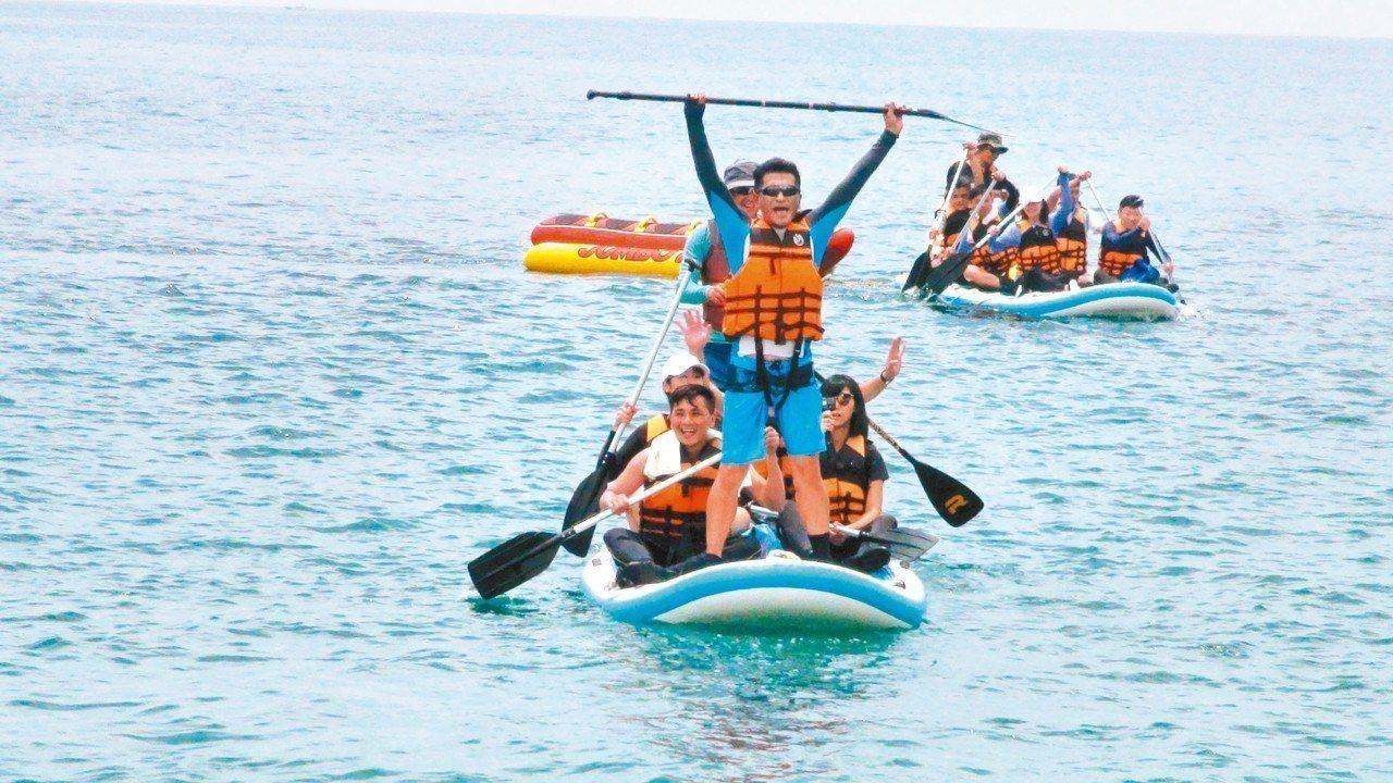 蘇澳鎮所與「水行者俱樂部」合作,可搭龍舟板SUP,以立槳划向祕境。 記者羅建旺/...