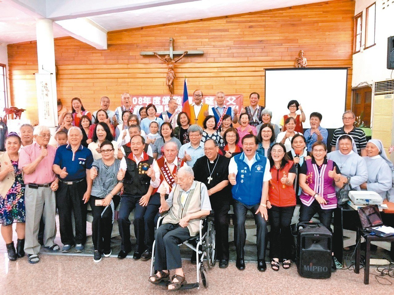 在花蓮奉獻逾半世紀的瑞士神父傅若望(中間披彩帶者)昨拿到身分證,成為正港台灣人,...
