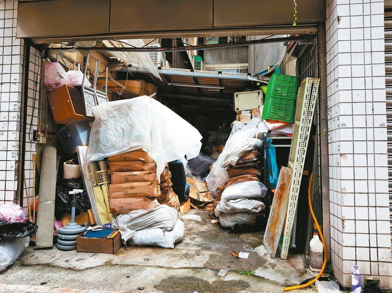 游錫堃住家邊的防火巷,長年被人用鐵門封閉當倉庫使用。 記者翁浩然/攝影