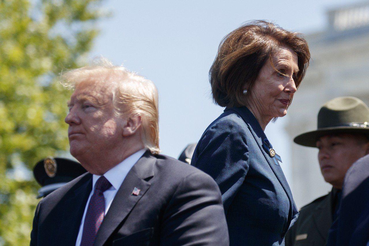國會眾院議長波洛西說,若無國會授權,白宮無權下令在中東動武。圖為川普總統(左)與...