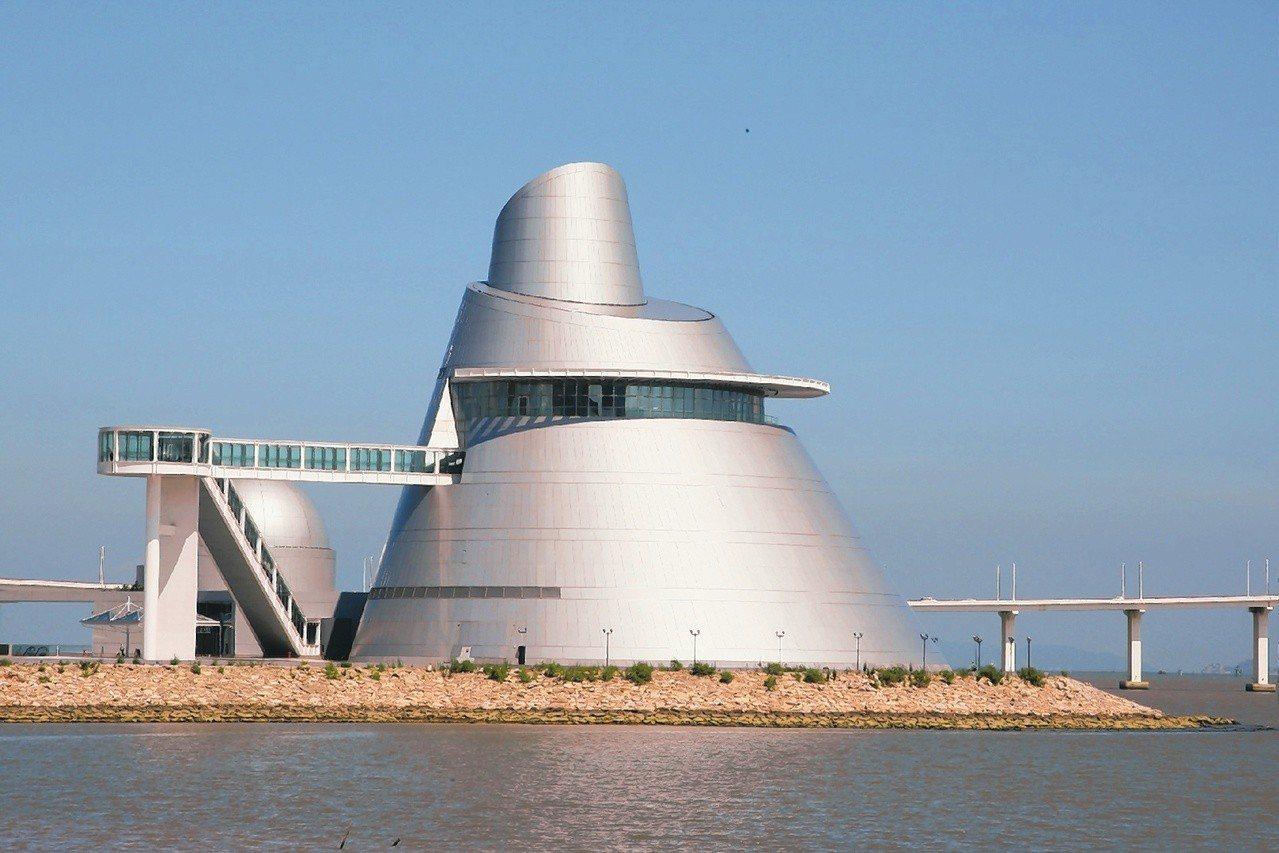 澳門科學館 由世界著名美籍華裔建築師貝聿銘設計的澳門科學館,以斜錐體的展覽中心...