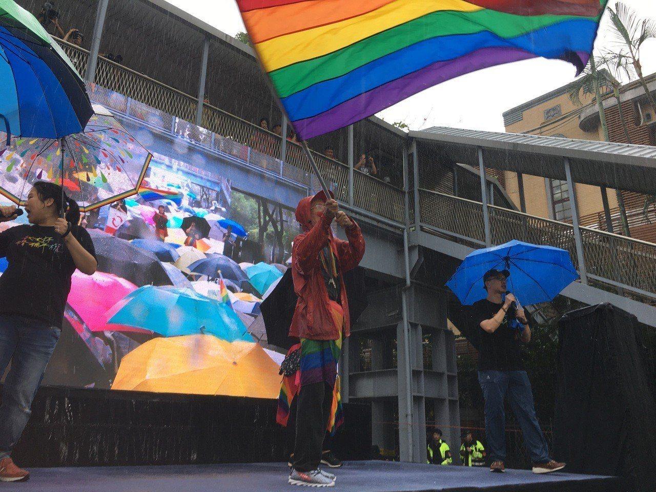 祁家威爭取同婚漫漫長路30餘年,今天在舞台上一貫地揮舞著他的彩虹旗,支持者感動爆...