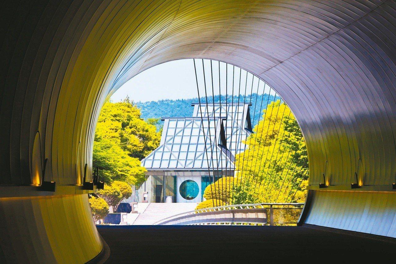 中國園林中的圓形月門,經常出現在他晚期作品(如美秀博物館入口)中;而他作品常見的...