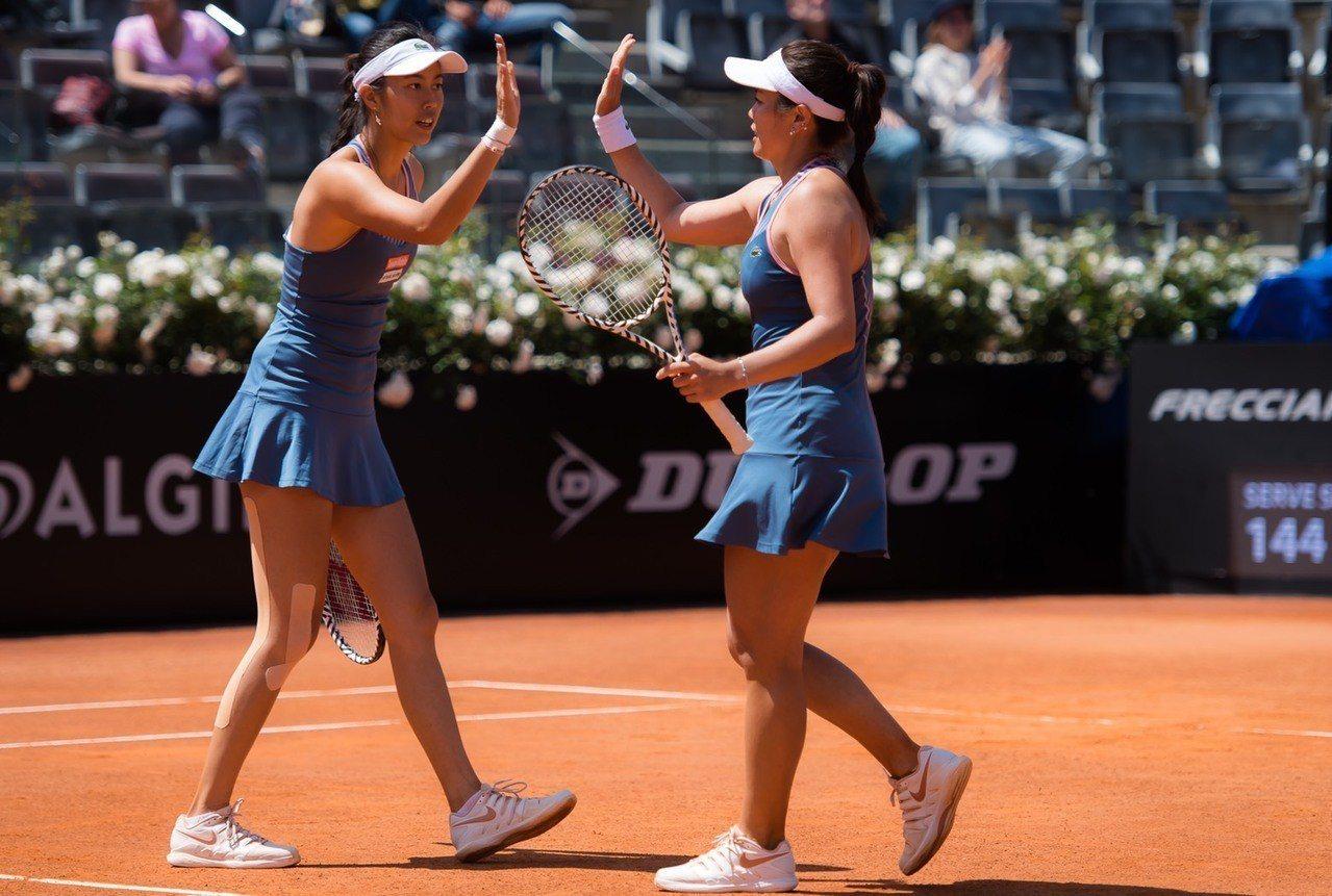 詹詠然(右)與詹皓晴在羅馬網球賽女雙打進四強。 WTA提供