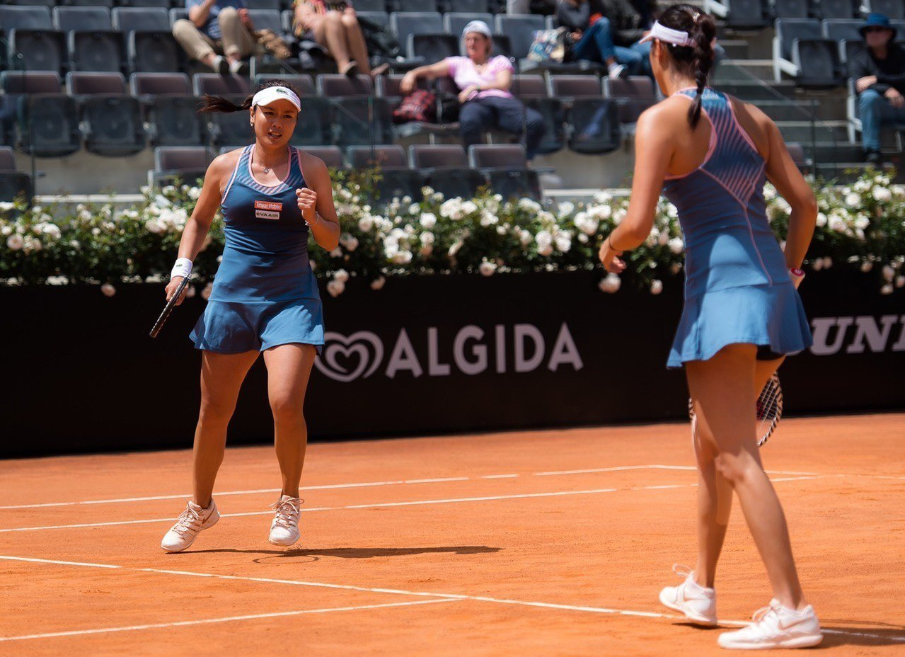 詹詠然(左)與詹皓晴在羅馬網球賽女雙四強賽落敗。 WTA提供