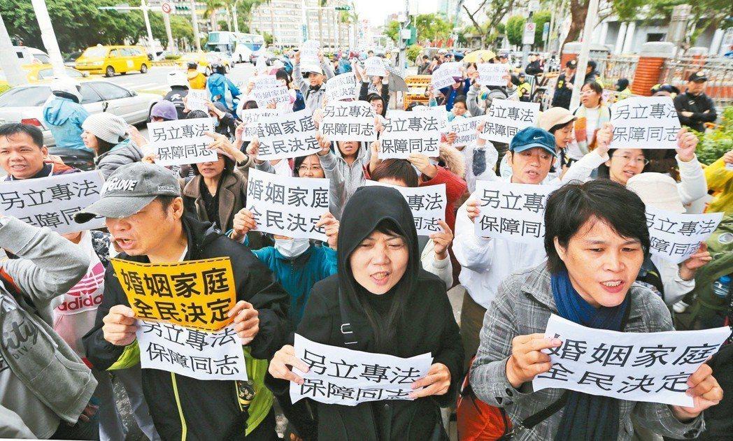 反對修民法的團體在立法院大門前提出「另立專法 保障同志」的訴求。 圖/聯合報系資...