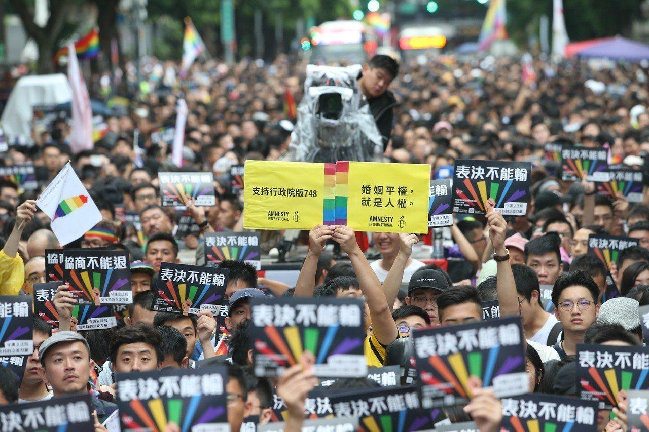 立法院處理同婚法案,許多挺同團體與支持者群聚立法院周邊,人潮擠滿青島東路漫延至中...