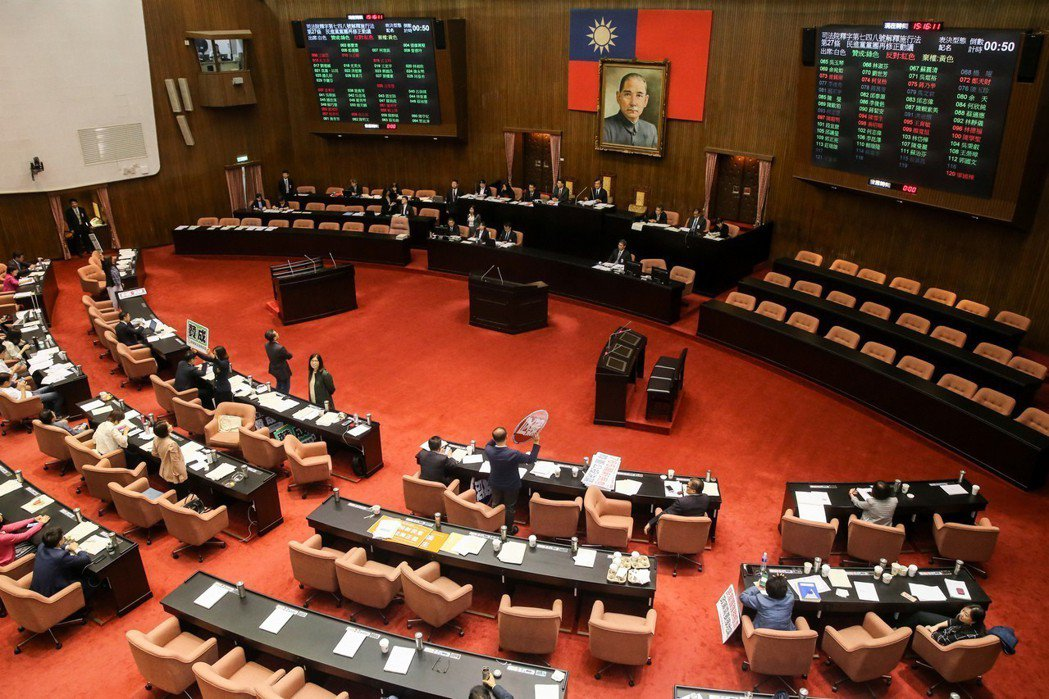 立法院會昨天表決「司法院釋字第748號解釋施行法」,民進黨黨團以人數優勢投票,全...
