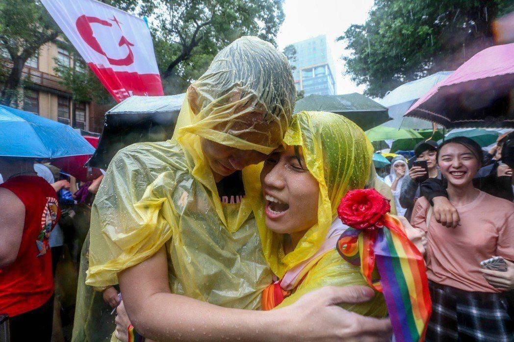 立法院三讀通過「司法院釋字第七四八號解釋施行法」,我國成為亞洲第一個同婚合法化的...