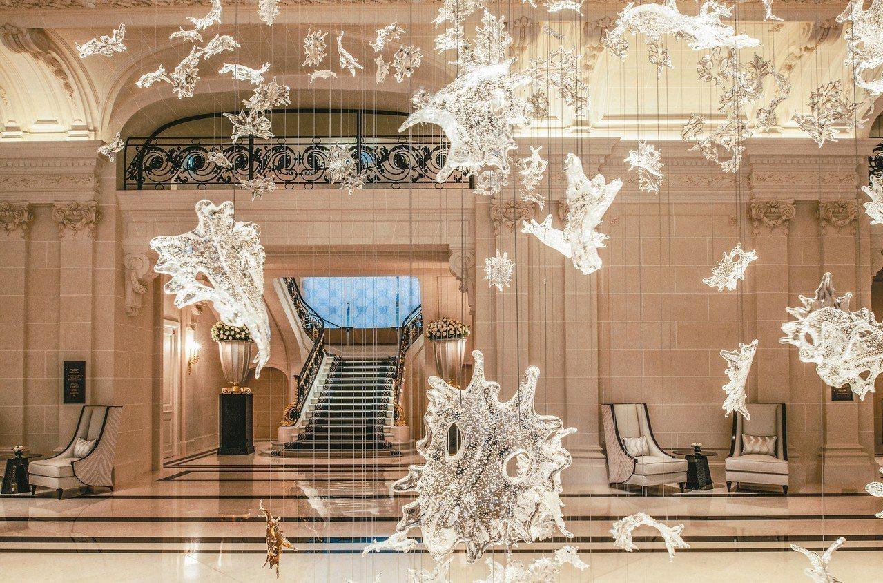 走入巴黎半島酒店大堂,迎接賓客的是從天垂下,手工吹製的透明水晶葉片現代藝術品。 ...