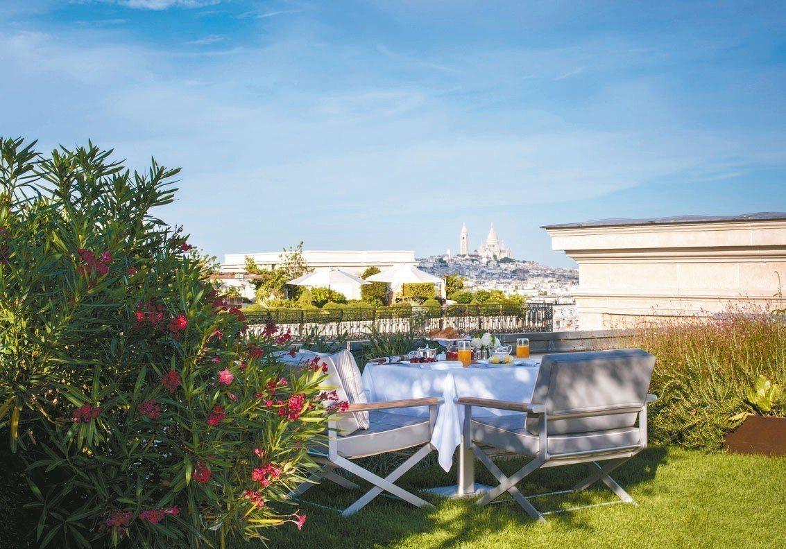 巴黎半島酒店去年推出的樓頂花園套房,你可以從私人陽台上看到遠處的白色聖心堂。 圖...
