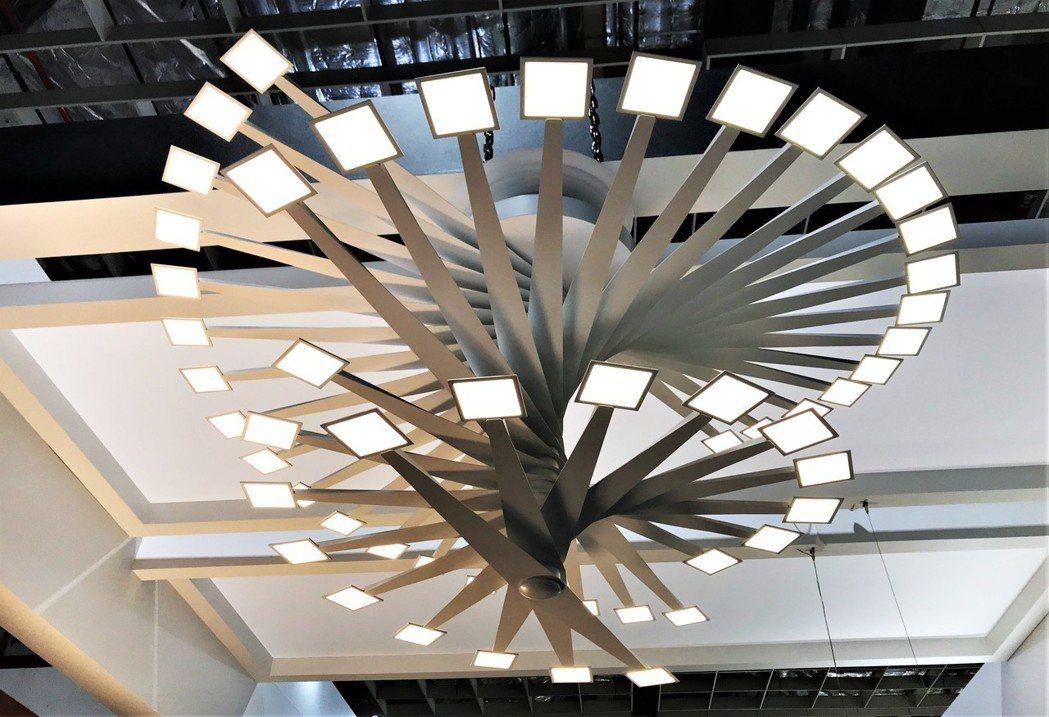 2019照明展中展出的「迴」,由27支的支架迴旋OLED上升組合而成的放射構造,...
