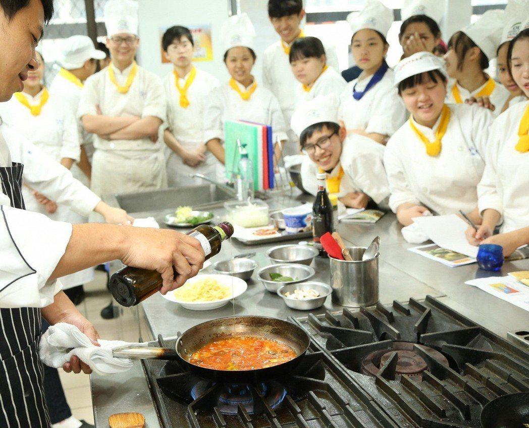 太極計畫前進職業學校教學生使用特級初榨橄欖油進行料理。 業者/提供