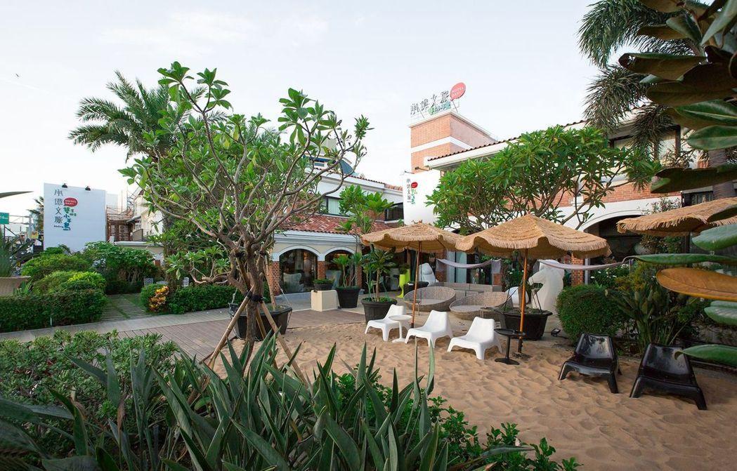 墾丁雅客小半島門口的沙灘酒吧。  承億文旅 提供