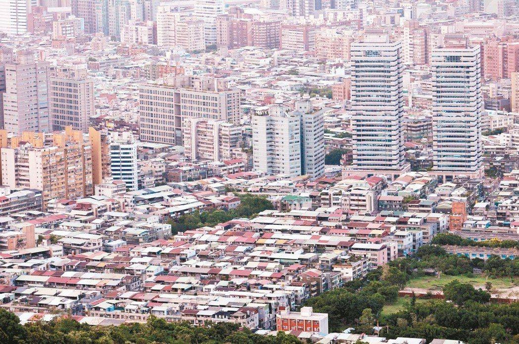 台灣房屋智庫統計北市公寓頂樓交易狀況,去年公寓頂樓僅交易789筆,和先前相比幾乎...