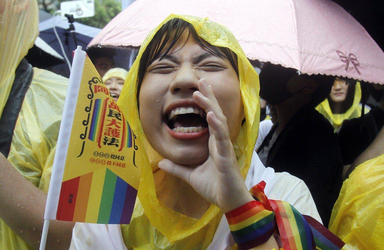 立法院今天三讀通過同婚專法,台灣成為亞洲第一個同性婚姻法制化的國家。 美聯社