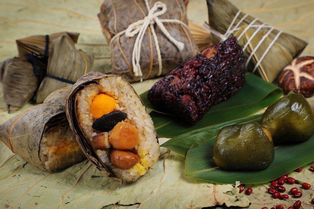正統的粵式裹蒸粽口味偏重、米粒較軟爛,且份量很大,為了符合台南人的口味喜好,加以...
