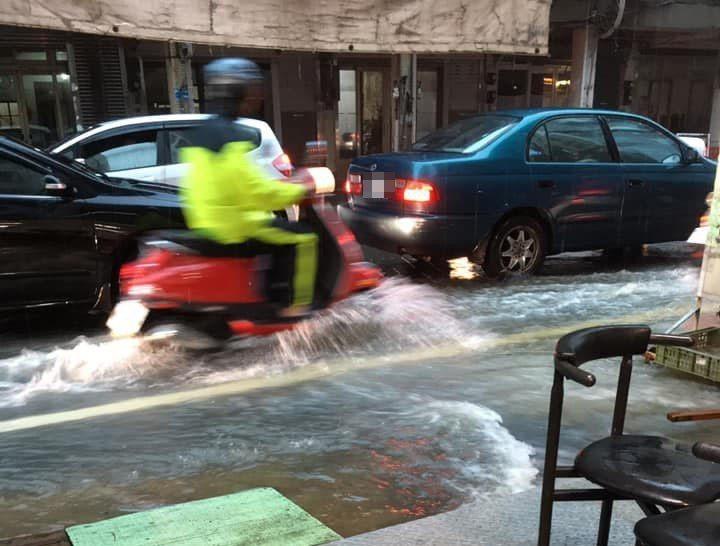 網友PO圖學府路淹水嚴重,影響交通安全。圖擷自新竹爆料公社